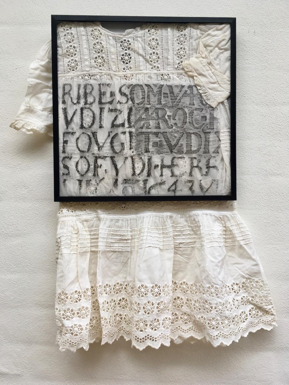 kjole med skrift