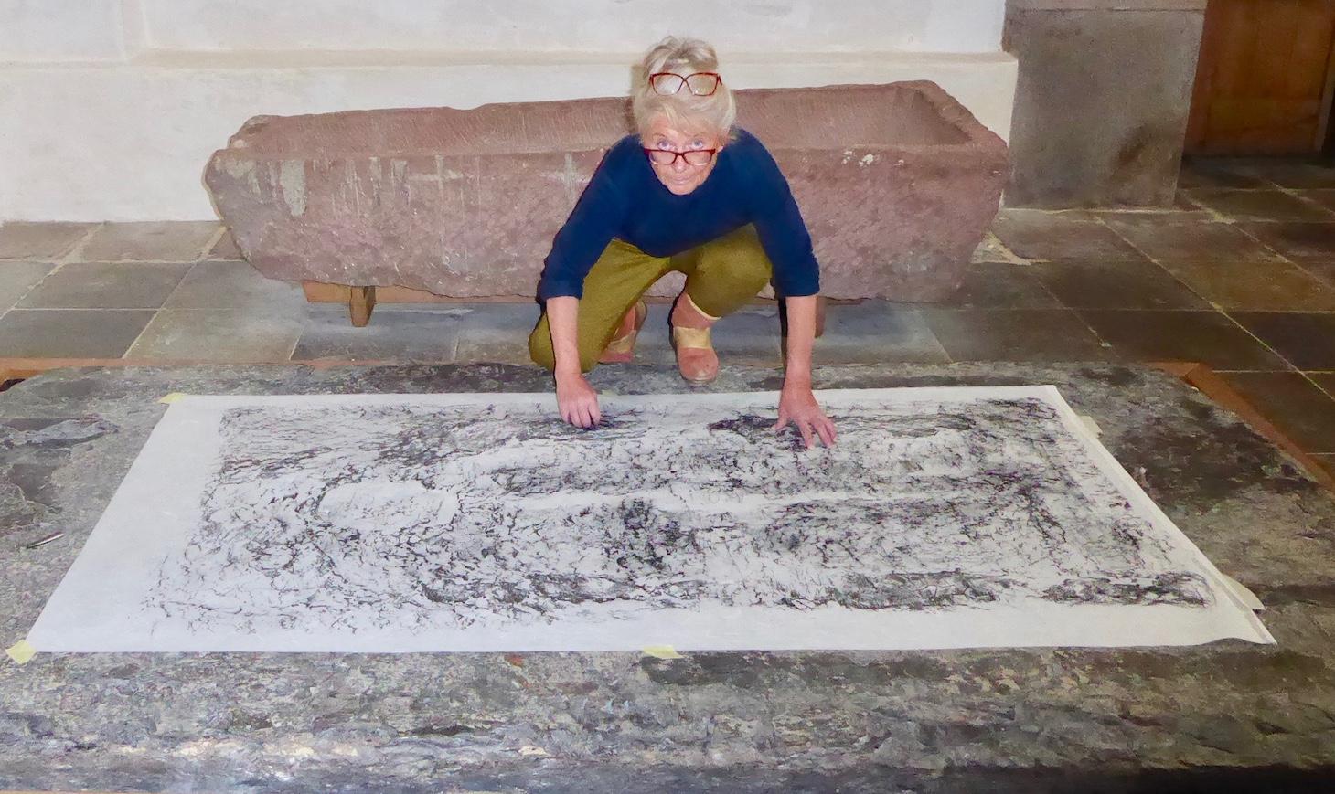 Ulla Diedrichsen på kirkegulvet